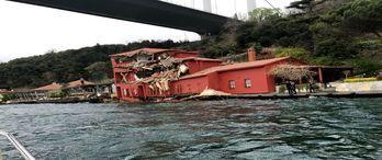 İstanbul Boğazı'nın simge yalısına tanker çarptı