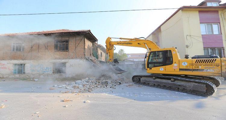 Pamukkale'de riskli binaların yıkımı yapılıyor