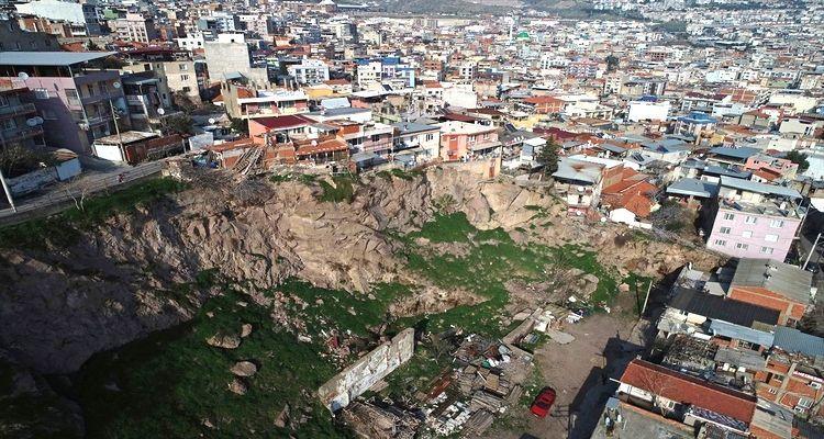 İzmir Bayraklı'daki kaya düşmelerine TOKİ'den acil önlem