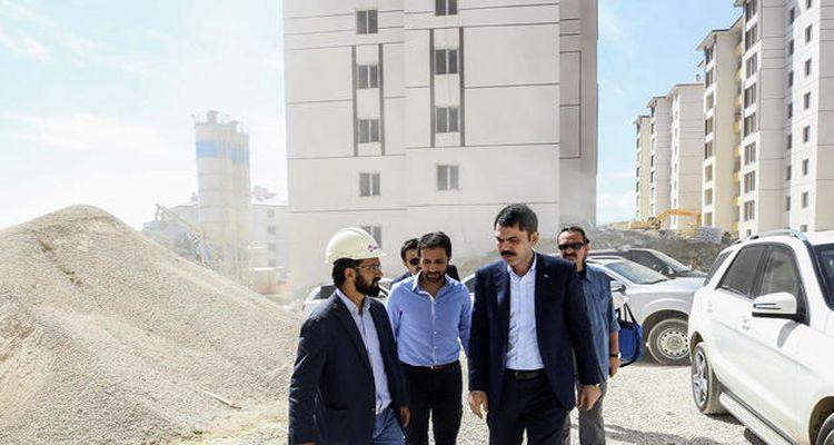 Murat Kurum Hakkari'de inşa edilen konutları inceledi