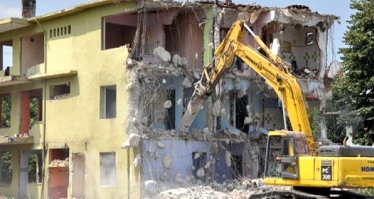 İstanbul'da metruk binalar şikayet üzerine yıkılıyor