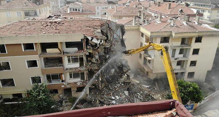 Büyükçekmece'de 12 daireli riskli bina yıkıldı