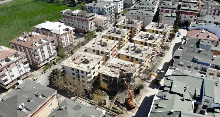 Büyükçekmece'de ağır hasarlı binalarda yıkım başladı