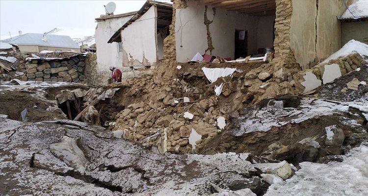 İran'daki depremin etkisiyle Van'da kerpiç evler yıkıldı