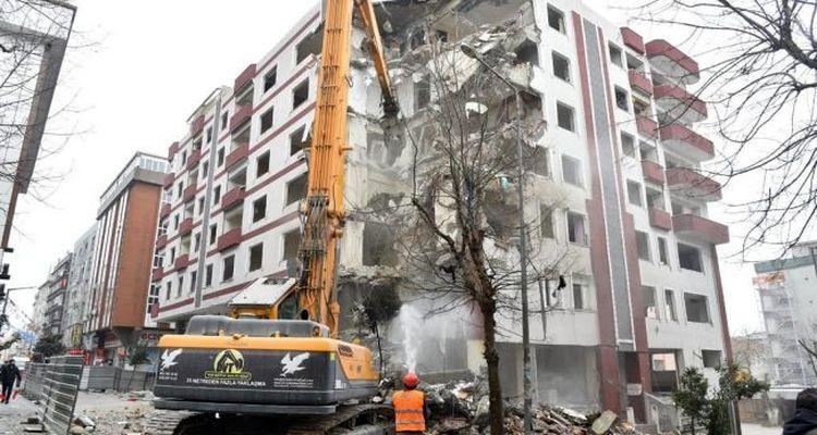 Avcılar'da 15 riskli bina daha yıkıldı