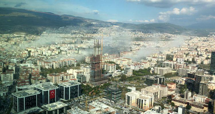 Ege Denizi'ndeki deprem sonrası İzmir'de binalar yıkıldı