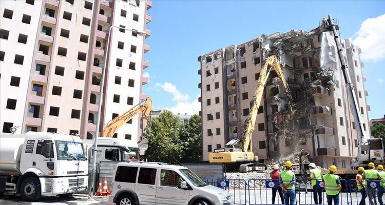 Bornova'da riskli yapılar tek tek yıkılıyor