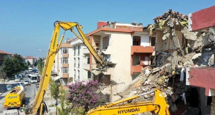 Büyükçekmece'de riskli 3 bloğun yıkımı başladı