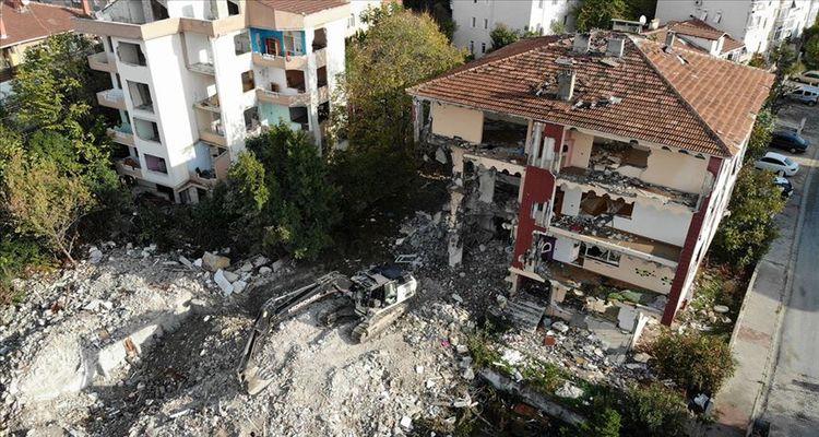 Büyükçekmece'de riskli 70 konut yıkıldı