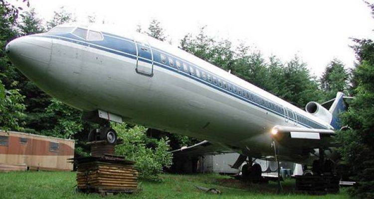 Hurdadan Aldığı Uçağı Eve Dönüştürdü